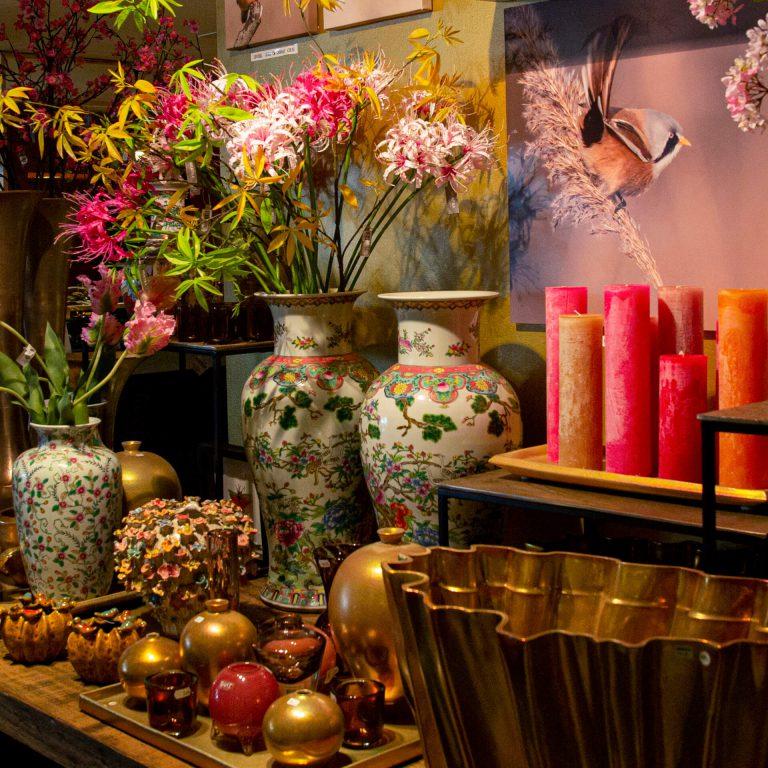 Bij ons bent u aan het goede adres als het gaat om exclusieve interieurartikelen. Bijvoorbeeld het prachtige glaswerk van Dutz of het handgemaakte keramiek van Mobach.  Natuurlijk zijn de zijdebloemen van Silk-Ka ook niet meer weg te denken.